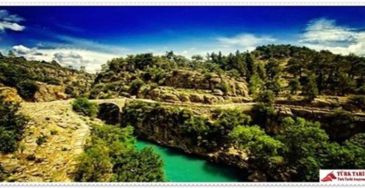 12. Köprülü Kanyon Milli Parkı (Antalya)  Akdeniz Bölgesi'nde Antalya ili, Manavgat ilçesi sınırları içerisinde yer almaktadır.Milli parka, Antalya – Manavgat karayolunun 49. km'sinden ayrılan asfalt bir yol ile gidilir. Bu yol Akdeniz sahillerinden ayrılıp Taşağıl'dan geçerek Beşkonak'a ulaşır. Park, Bolasan ile Beşkonak arasında, ortasından Köprü Çayı akan 14 km uzunluğunda, 100 m derinliğinde bir vadide yer alır. Irmağın değişken karakteri rafting sporu için ideal alanı yaratır. Ağaçlarla gölgelenen nehir kenarında günübirlik ve kamp kullanma alanları milli parkın en önemli aktivitelerini teşkil eder. Antik Selge şehrinin tiyatrosu, agorası, Zeus ve Artemis tapınakları, sarnıçları, su kemeri, Köprü Irmağı ve Kocaçay üzerinde bulunan Oluk ve Büğrüm köprüleri ile Selge'yi Pamphylia sahil şehirlerine bağlayan taş kaplamalı tarihi yolu görülmeye değerdir. Özel şahıslara ait yeme-içme ihtiyacını karşılayacak tesisler ziyaretçilere hizmet vermektedir. Konaklama imkanı, ziyaretçilerin basit kamp yapmalarıyla sınırlıdır. Ancak Beşkonak ve Karabük köyünde bulunan bungalovlarda kalınabilir. Fakat yatak sayısı yetersizliği dolayısıyla Manavgat, Side ve Belek gibi çevredeki turizm merkezlerinde kalmak mümkündür.