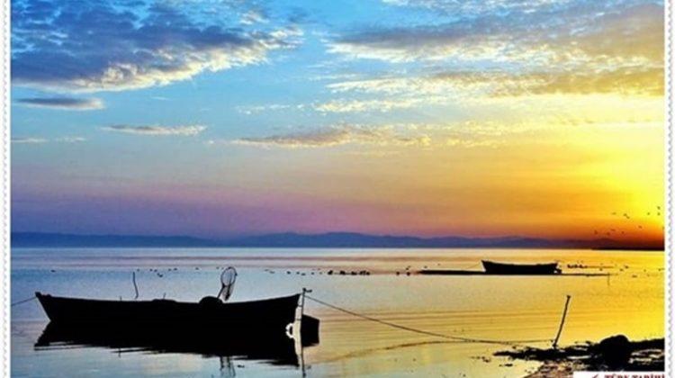 3. Kuşcenneti Milli Parkı (Balıkesir – Manyas Gölü)  Ülkemizin doğal güzellikleri arasında ayrı bir yeri olan Bandırma Kuşcenneti Milli Parkı, Kuşgölü'nün kuzeydoğu kıyılarında yer alır. Bandırma-Balıkesir karayolunun 15. kilometresinden güneye sapan 3 kilometrelik bir yolla Kuşcenneti'ne ulaşılır. Milli Parkta, kuş yaşamının ilgi çekici dönemlerini izleme imkanı, Mart-Temmuz ve Eylül-Ekim ayları arasındadır. Gözetleme kulesinden geniş bir çevre gözetlenebilir. Müze ve idare merkezinde kuşlar hakkında geniş bilgi verilmektedir. Konaklama ve yiyecek hizmetleri yoktur. 1 km uzaklıktaki Sığırcıatik köyündeki pansiyonlar kullanılabilir.