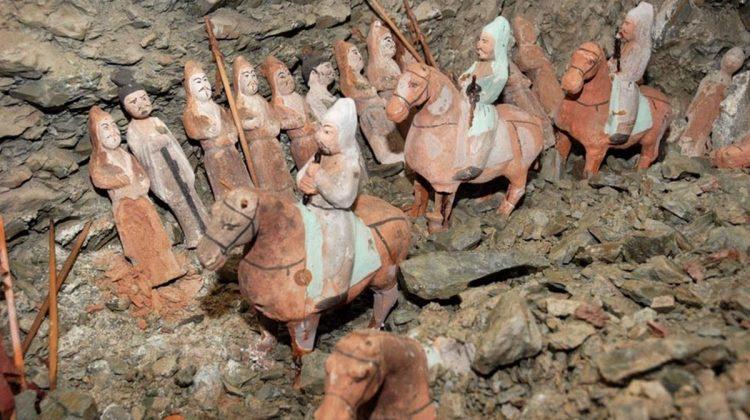 Yoğ Kurganın yeraltındaki mezar odasına uzanan koridorun, birbirine bağlı dördüncü çukurunda iki odacık (niş) bulunuyor. Bunların her birine pişmiş topraktan yapılmış 45 heykelcik yerleştirilmiş. Kadın ve erkekler duvarın kenarına dizilmiş ve önlerinden at üstünde müzisyenler geçiyor. Böylelikle yoğ yani gömü töreni canlandırılmış.