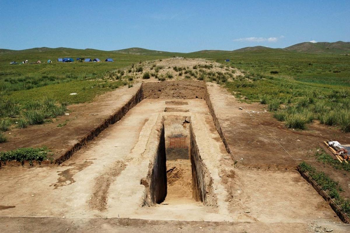 Mezar odasına uzanan koridor Mayhan Uul Kurganı'nın güney tarafındaydı. Gömü işlemleri bittikten sonra koridor tamamen taş ve toprakla doldurulmuştu. Arkeolojik kazı yapılırken de sadece bunlar çıkartıldı. Son derece titiz şekilde sürdürülen kazı sonucunda duvar resimleri ve diğer buluntular zarar görmedi. Kurganın yapımında daha öncekilerden farklı bir tasarım kullanılmıştır. Coğrafya yazın çok yağmurlu ve sıcak olduğundan hava durumu özellikle dikkate alınıp kurganın yapımı birkaç aşamada gerçekleşmiştir. Önce toprak dökülmüş, sonra ağaçlar kullanılmış, daha sonra da çakıllı kum konulmuştur. Her aşamadan sonra su dökmüş ve toprak vurularak sıkıştırılmıştır. Bu sayede kurgan yüzyıllarca şeklini korumuş ve mezar odası pek zarar görmemiştir.