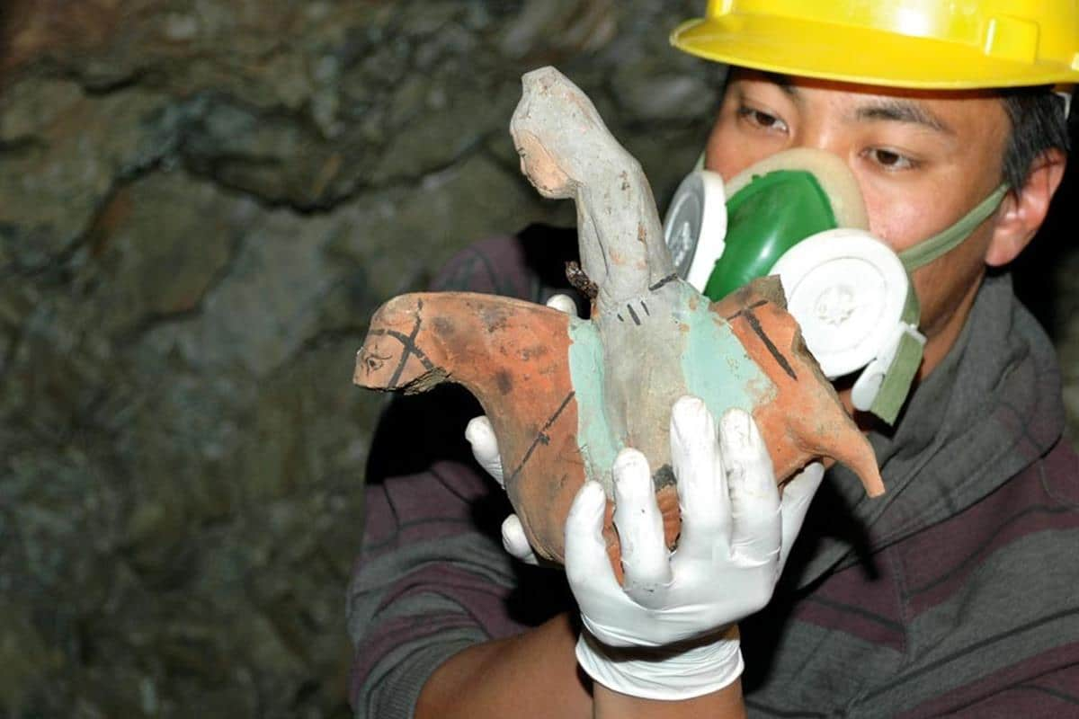Kazı ekibinden Cantekin Karcaubay buluntulardan birini inceliyor.