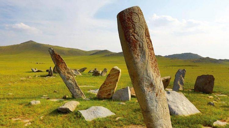 Moğolistan'daki Orhun Vadisi, Göktürklerin yönetim merkeziydi. Vadi, aynı zamanda bozkır halklarının kutsal saydığı efsanevi Ötüken bölgesinin de odağıydı. Burası Hunların, Göktürklerin, Moğolların bir tür karargâhıydı ve o dönemlerden kalma pek çok mezarlığı barındırıyor.
