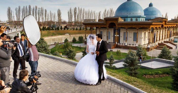 Şehitlerin Huzurunda: Özbekistan şehitlerinin hatırasına yapılmış büyük park, gelin ve damatların düğün öncesinde fotoğraf çektirdiği başlıca yerlerden. Çok sayıda aydın 1937-1938 yılları arasında bu alanda kurşuna dizilmişti.