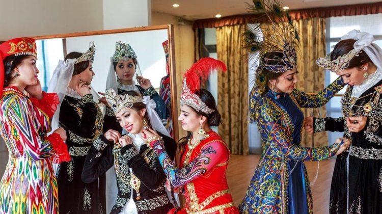 Dansın Tiyatrosu: Taşkent, sanatsever bir kent olmasıyla ünlü. Taşkent Dans Tiyatrosu'nun 12 kadın dansçısı konser öncesi kostümlü provalarını yapıyor. Tiyatroda Taşkent'ten Buhara ve Fergana'ya kadar Özbekistan'ın birçok bölgesinin geleneksel dansları sergileniyor.
