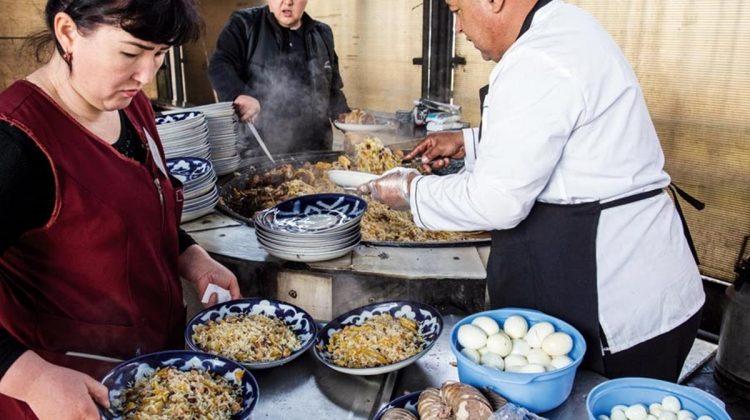 Özbekistan'da her kentin kendisiyle özdeşleşmiş bir pilavı var. Orta Asya Pilav Merkezi'nde de lezzetli Taşkent pilavı sunuluyor. Hazırlanması saatler süren pilav kısa sürede tükeniyor, öğleden sonra üçte servis bitiyor.