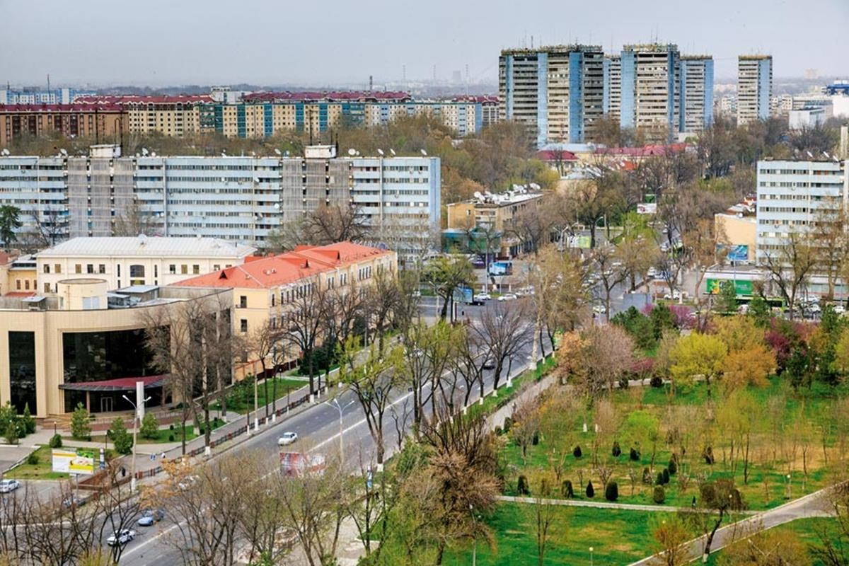 Özbekistan Oteli'nin terasından bakıldığında kentin ferah ve yeşil yapısı kendini gösteriyor. Taşkent, 1966'daki depremin ardından çağdaş bir anlayışla yeniden planlanıp inşa edildi.