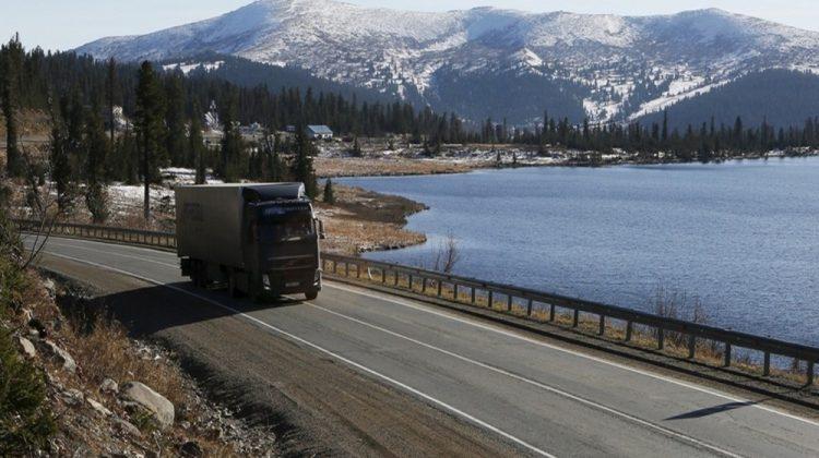 Bir kamyon Tuva Cumhuriyeti'ndeki Yenisey M54 otoyolunun üzerinden geçiyor.
